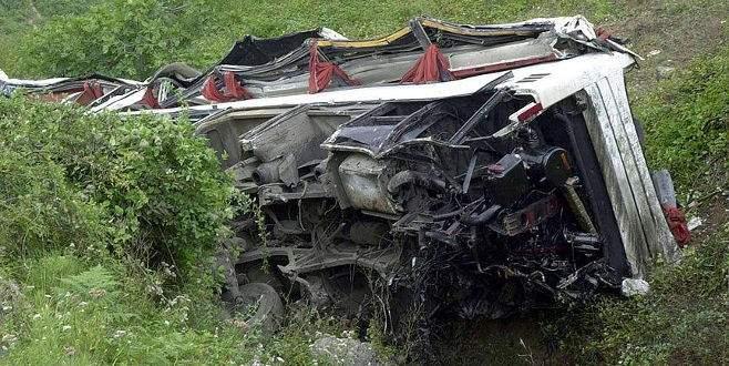 Otobüs uçuruma yuvarlandı: 14 ölü