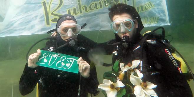 Su altında sürpriz evlilik teklifi