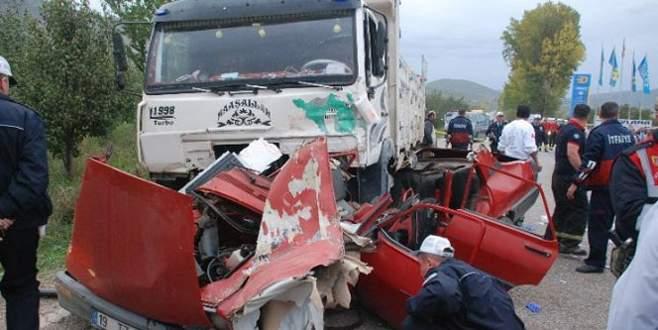 Araç paramparça oldu: 2 ölü!