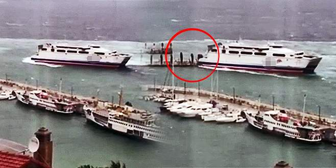 Bursa'da feribot iskeleye çarptı
