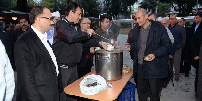 Başkan Dündar'dan vatandaşa çorba ikramı