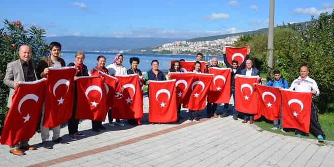 Gemlik Kent Konseyi 7 bin Türk Bayrağı dağıttı