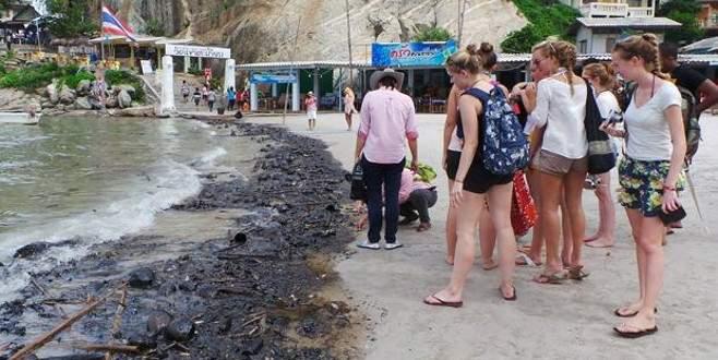 Ünlü plaj siyaha boyandı