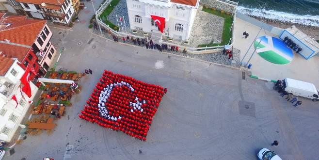 Mütareke binası önünde 330 kişiden Türk bayrağı