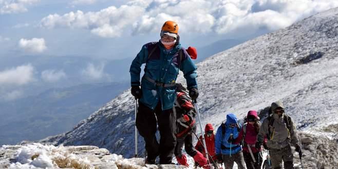 Koltuk değnekli dağcı Uludağ'ın zirvesine tırmandı