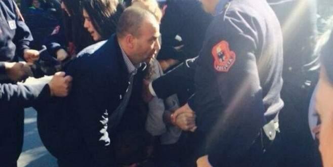 Arnavutluk Başbakanı'na öğrencilerden yumurtalı saldırı