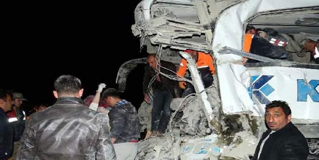 Otobüs çimento yüklü TIR'a çarptı: 3 ölü, 24 yaralı