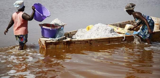 Afrikalı kadınlar ekmeğini 'tuzdan' çıkarıyor