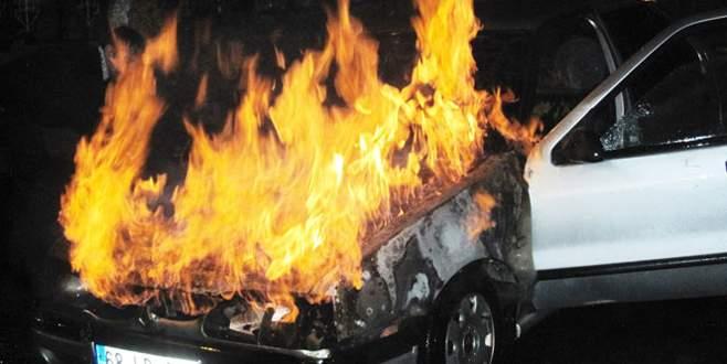 Otomobil yol ortasında alev alev yandı!
