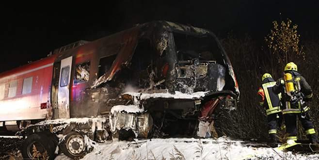 Yolcu treni TIR'a çarptı: Ölü ve yaralılar var