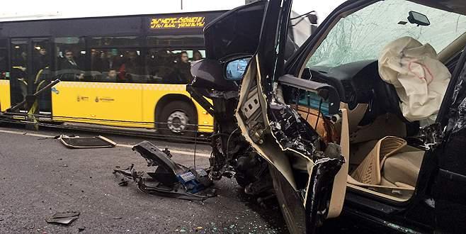 Metrobüs ile otomobil kafa kafaya çarpıştı