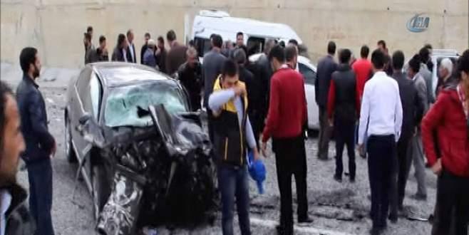 Otomobil ile minibüs çarpıştı: 20 yaralı