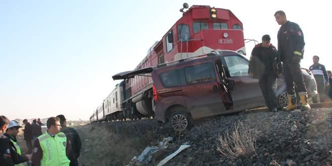 Tren önüne kattığı aracı 200 metre sürükledi
