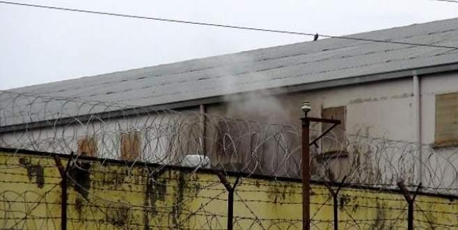 Mahkûmlar yatakları yaktı, 24 kişi hastanelik oldu