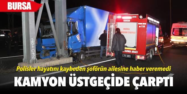 Kargo kamyonu üstgeçide çarptı: 1 ölü