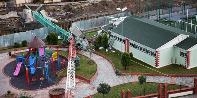 Kule vinç spor tesisine devrildi: 2 ölü