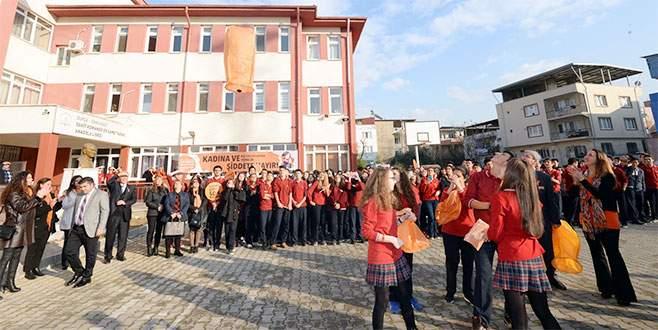 Öğrenciler 'fenerlerle' şiddete dur dedi