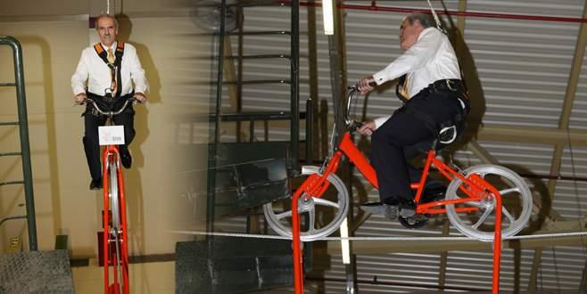 Altepe halat üstünde bisiklet sürdü