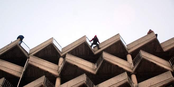 8 katlı binanın çatısında toplu intihar girişimi
