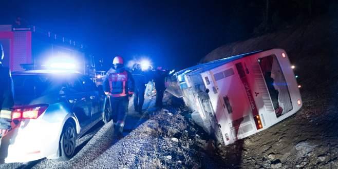 Servis otobüsü devrildi: 1 ölü, 38 yaralı