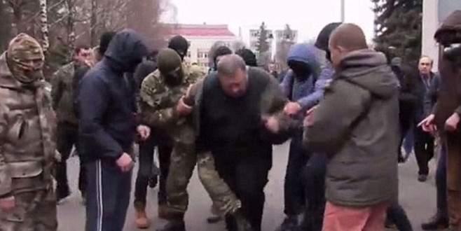 Ukrayna'da yolsuzlukla suçladıkları bürokratı çöpe attılar