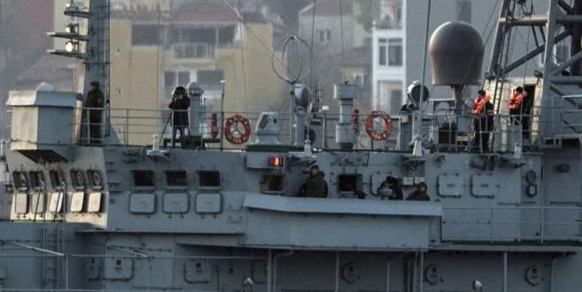 Rus gemisindeki askerler bu kez fotoğraf çekerek geçti
