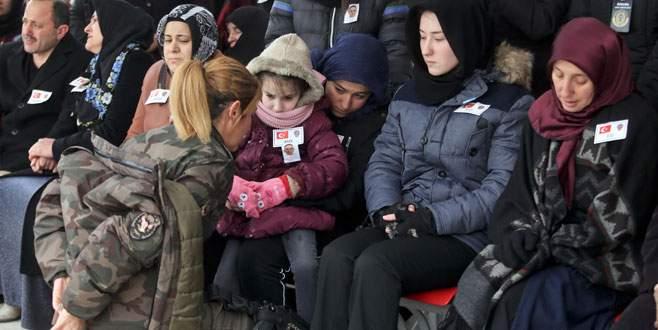 Cenaze töreninde üşüyen Zeynep'e montunu giydirdi