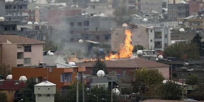 Teröristler iki okulun çatısını ateşe verdi