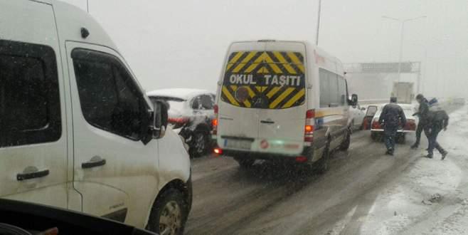Mudanya Yolu'nda kış lastiği olmayan araçlar trafiği kilitledi