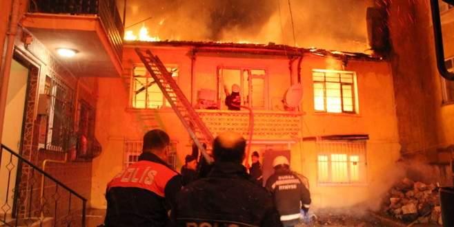 Bursa'da kabus gecesi! İki katlı bina kül oldu