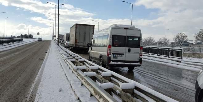 Bursa'da sürücülerin kar ve buzla zorlu sınavı