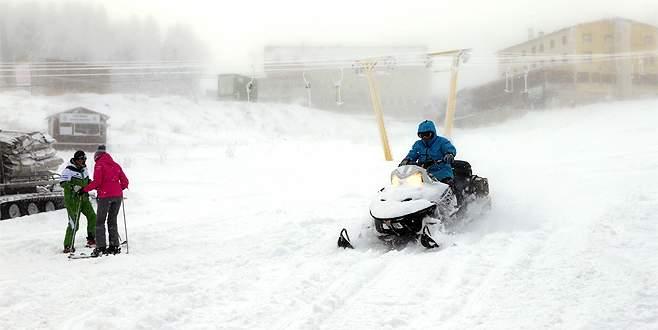 Uludağ'da kar motoru devrildi: 1 yaralı