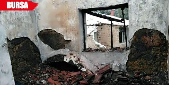 Bacadan çıkan yangın ahşap evi küle çevirdi