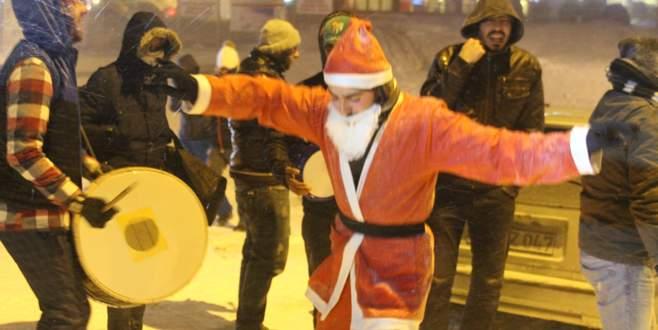 Uludağ'da Noel Baba'ya çiftetelli oynattılar