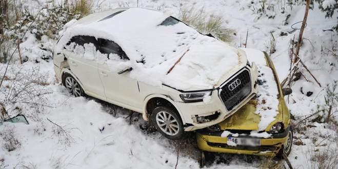 Karda kayan cip önüne aldığı otomobille şarampole uçtu