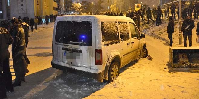 Kavga ihbarına giden polis aracı, sokakta kayanlara çarptı: 8 yaralı