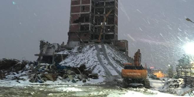 Yıkımı süren bina çöktü: 1 ölü