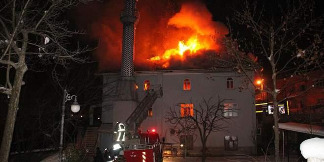 Yarım asırlık cami alev alev yandı!
