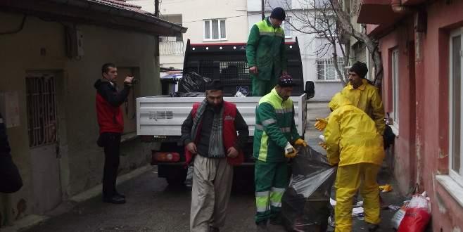 Bursa'da bir evden 4 kamyon eski eşya çıktı