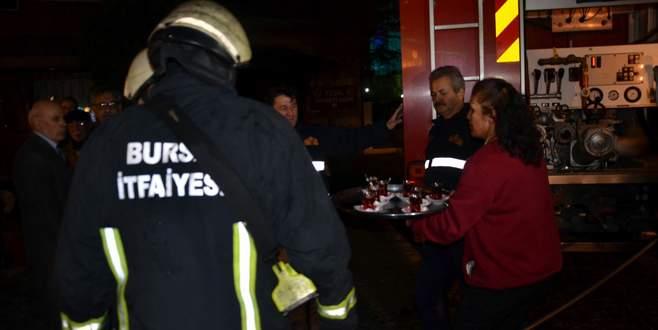 Dükkanını kurtaran itfaiye ve polis ekiplerine çay ikram etti