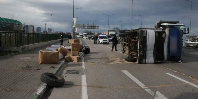 Acemler'de kamyon devrildi, trafik felç oldu
