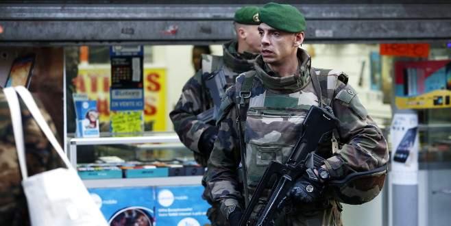 Paris'te karakola girmeye çalışan kişi vuruldu