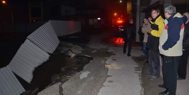 Bursa'da çöken yol mahalleliyi korkuttu