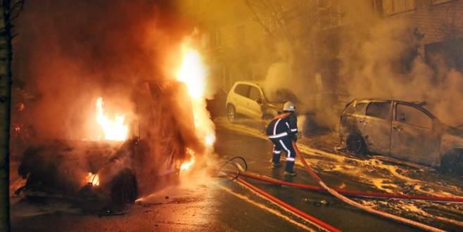 Ambulans alev topuna döndü, 5 aracı yaktı