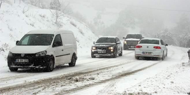 Kar yağışı Uludağ Yolu'nu kapattı
