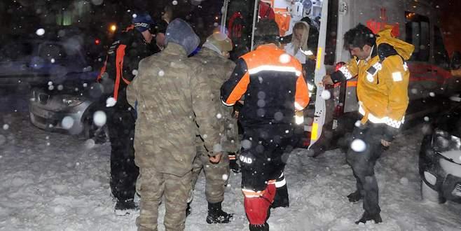 Nöbet kulübesine çığ düştü: 1 asker yaralı