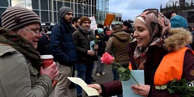 Tunuslu gençlerden çiçekli özür