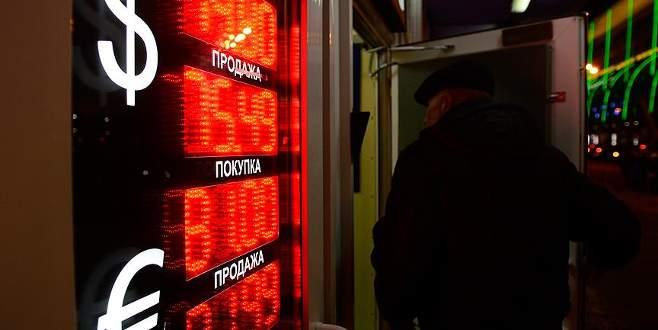 Ruble rekor seviyeye geriledi
