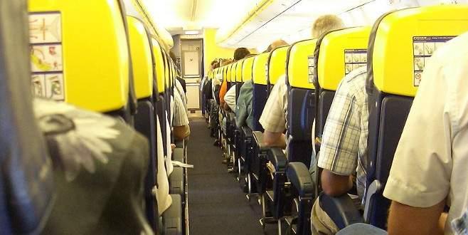 Oyuncak bebeklere uçak bileti alıyorlar