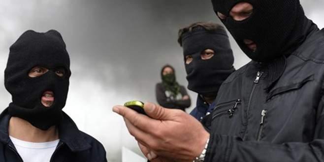 200 kişilik maskeli grup göçmenlere saldırdı